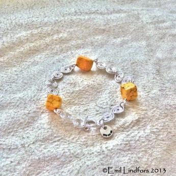 Kesäkeijun aurinkoinen kiemuraketju / The summer fairy's sunny bracelet.