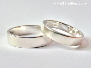 Hopeinen sormuspari. Sopii kihla- tai vihkisormuksiksi, mutta on saatavana myös erikseen. Ulkopinta on mattaharjattu ja sisäpinta kiillotettu. Kuvan oikeanpuoleinen sormus on 4mm ja vasemmanpuoleinen 5mm leveä.